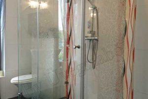 Egy szép zuhanykabinban csodálatos érzés a zuhanyzás.